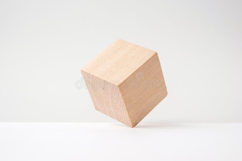 Abstrakt geometrisk verklig träkub med den overkliga orienteringen på vit bakgrund arkivfoton