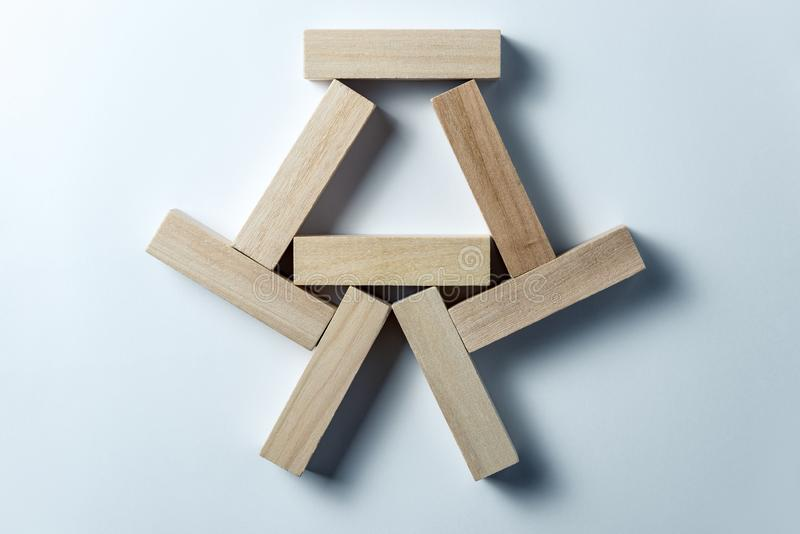Abstrakt geometriskt diagram fr?n tr?kuber, p? en oj?mn vit bakgrund Horisontal inrama arkivbilder