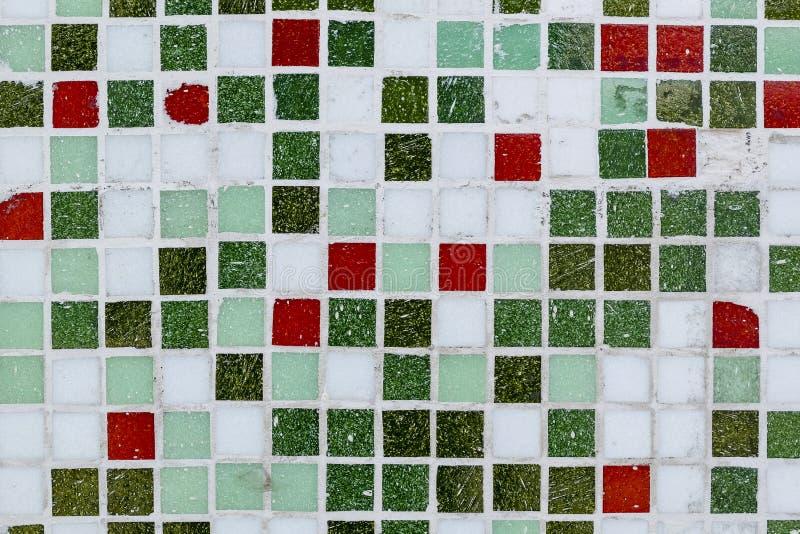 Abstrakt gräsplan och röda mosaiktegelplattor för bakgrund För din design mallar, vykort, garnering arkivbild