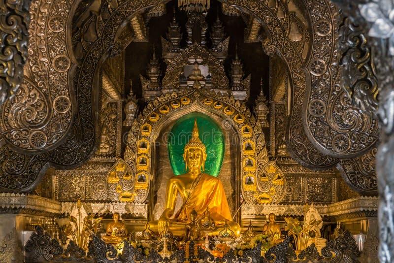 Abstrakt guld- Buddhastaty med silvermetallramen i tempel arkivfoton