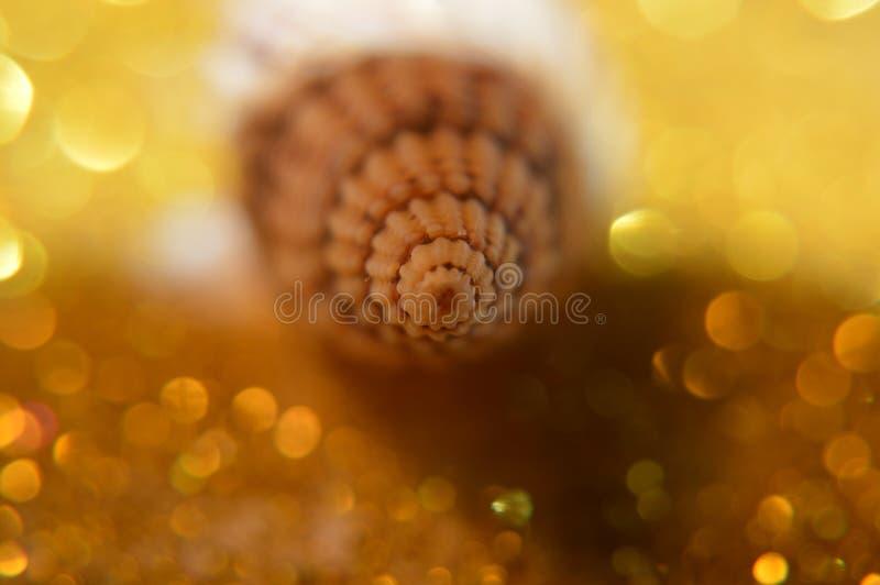 Abstrakt guld- julsatängbakgrund med spiralt objekt arkivfoto