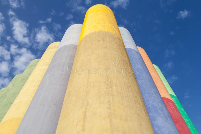 Abstrakt industriellt arkitekturfragment, färgrika behållare fotografering för bildbyråer