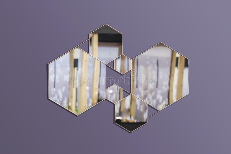 Abstrakt inre med geometriska speglar på en isolerad bakgrund Sexhörniga speglar, trendig sammansättning i inre royaltyfria foton