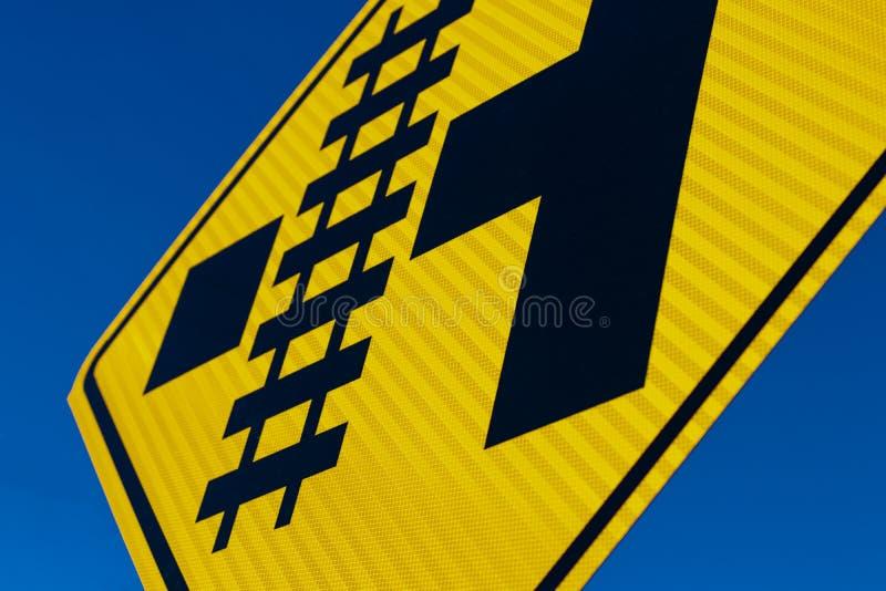 Abstrakt järnvägkorsning tecken på vinkeln arkivfoton