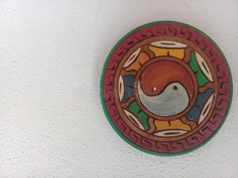 Abstrakt konst med yin-Yang på väggen arkivbild