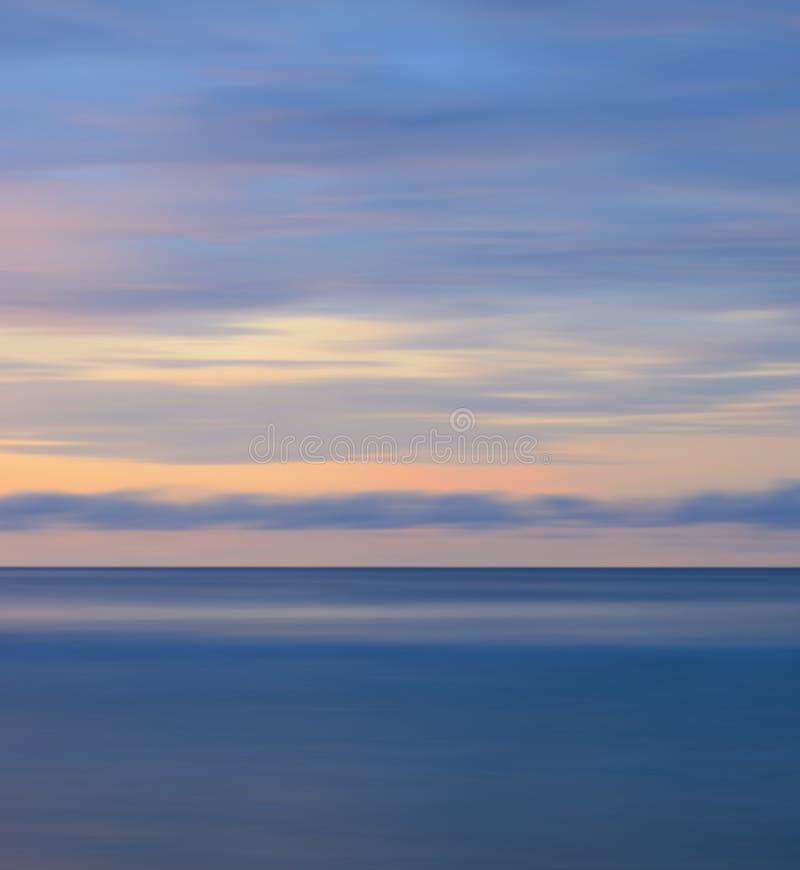 Abstrakt lång exponering som skjutas av solnedgång royaltyfria foton