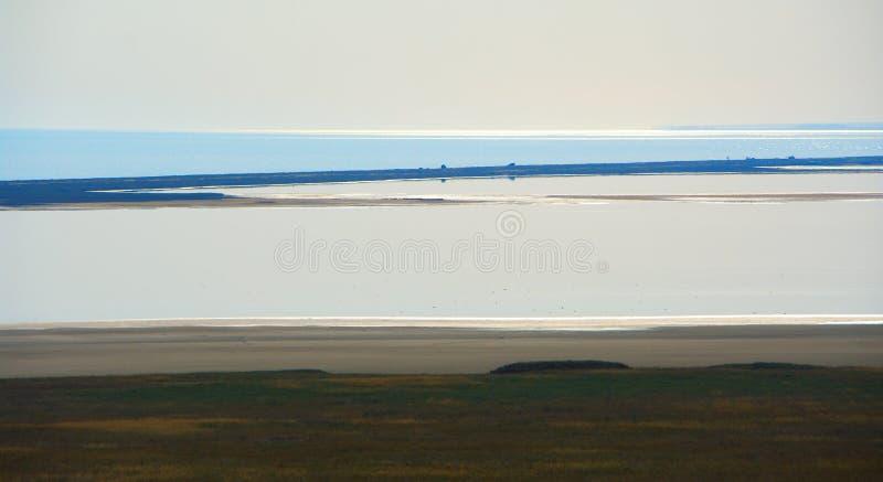 Abstrakt landskap med sjön arkivbild