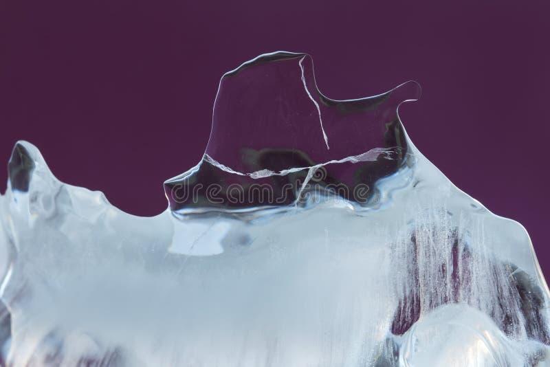 Abstrakt lodowej tekstury dekoracyjny tło Zamarznięty fiołkowy krystaliczny element zakończenie miękka ostrość zdjęcia royalty free