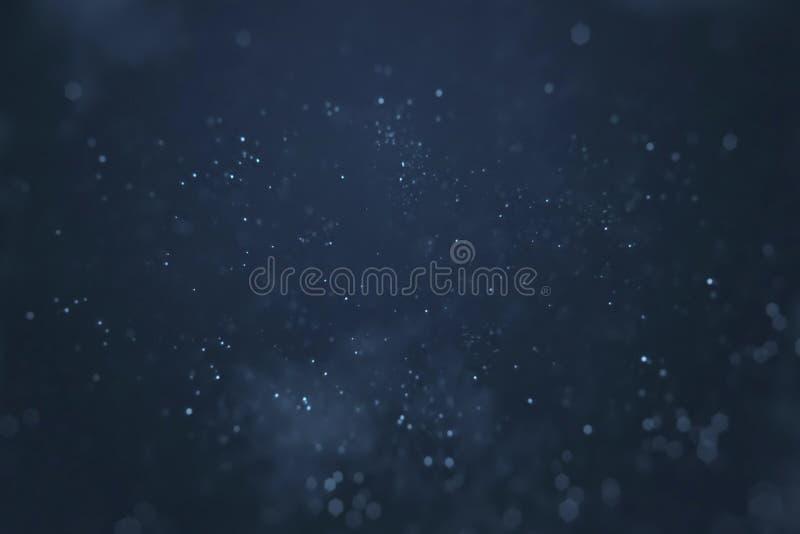 Abstrakt lutningblåttbakgrund med bokeh och partiklar som flödar, festlig klar feriesamkopiering för händelser royaltyfria bilder