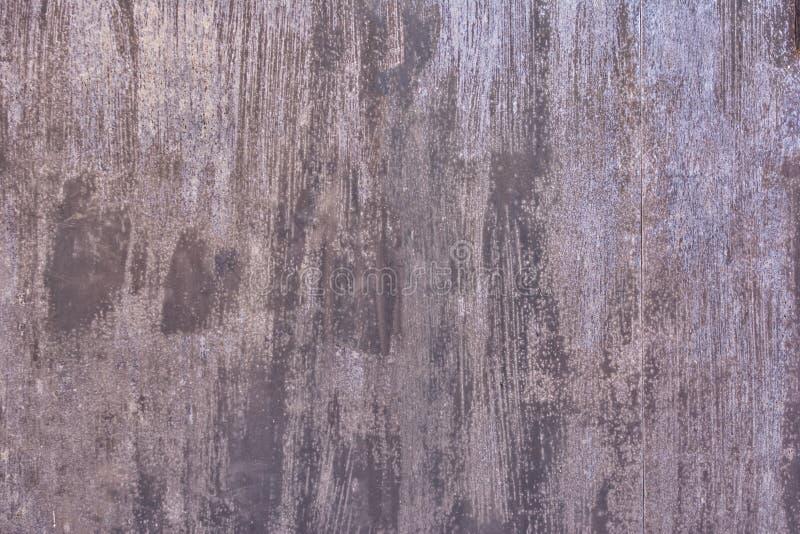 Abstrakt mörk bakgrund för orientering Gamla ark av metall som målas med sprickor och fläckar arkivbild