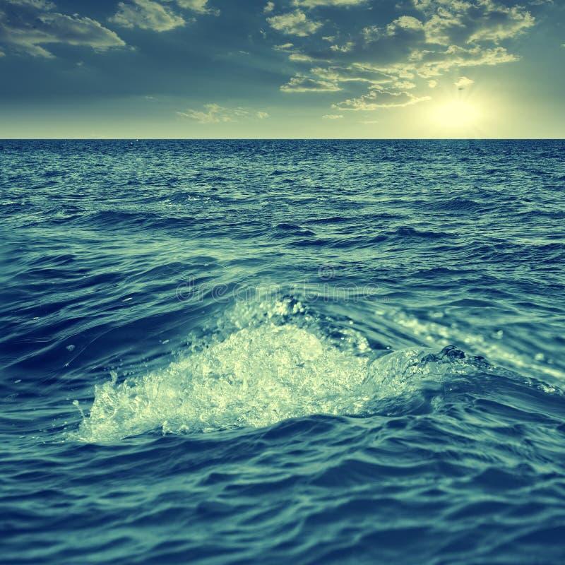 Abstrakt marin- sikt med havvågor arkivbilder