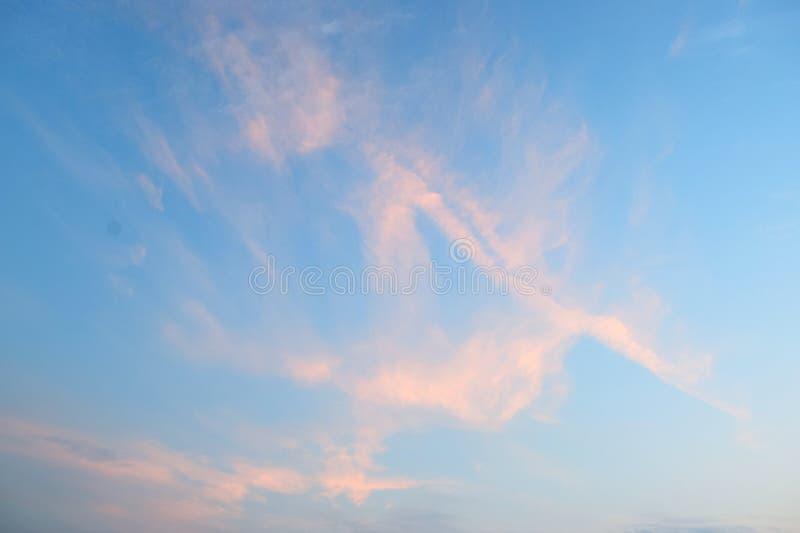 Abstrakt modell av orange cirrusmolnmoln i blå himmel - naturlig bakgrund arkivbilder