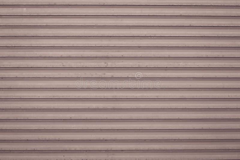 Abstrakt modell från linjer på ljust - brun bakgrund Tappningtextur av grungemetall Rosa metallisk jalousienärbild arkivfoton
