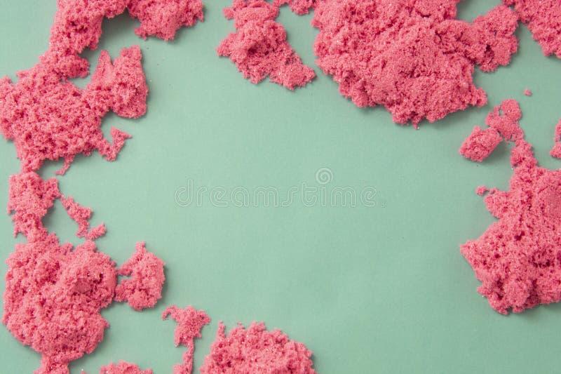 Abstrakt modern rosa och grön bakgrund med kopieringsutrymme Rosa kinetisk sand Utbildning och barnuppfostran fotografering för bildbyråer