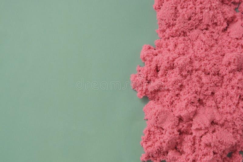 Abstrakt modern rosa och grön bakgrund med kopieringsutrymme Rosa kinetisk sand Utbildning och barnuppfostran arkivfoton