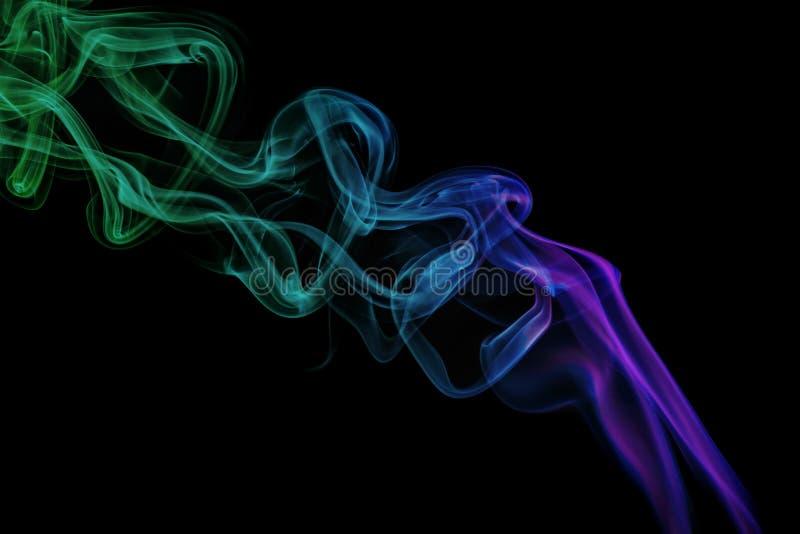 Abstrakt purpury i zieleń dymimy od aromatycznych kijów obrazy royalty free