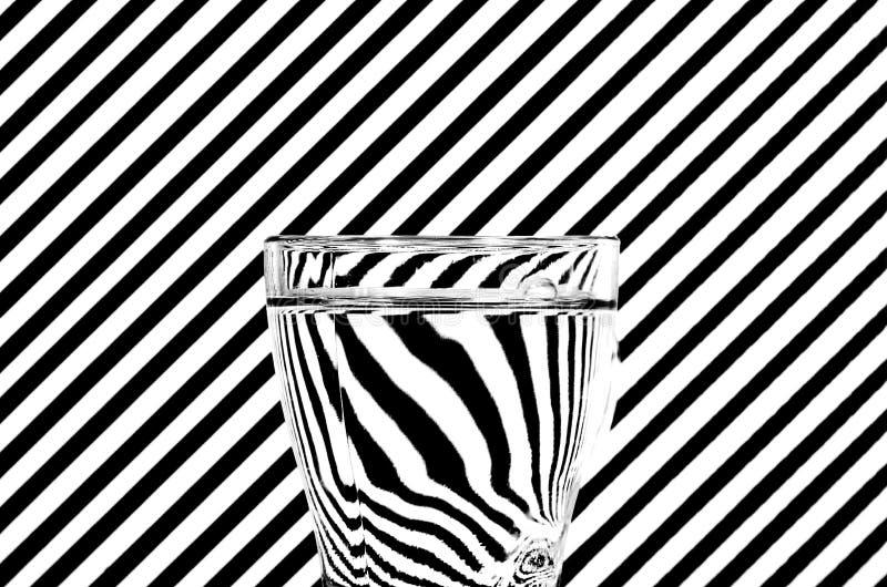 Abstrakt refraktion av svartvita diagonals i ett exponeringsglas av w arkivbilder