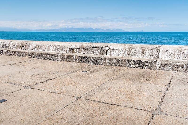 Abstrakt sammansättning av hamnpir med horisonten arkivbild