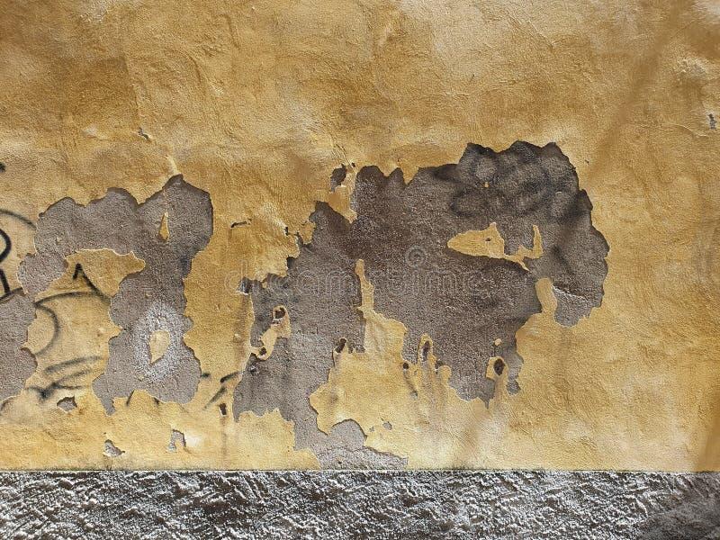 Abstrakt sikt av en riden ut vägg royaltyfria foton
