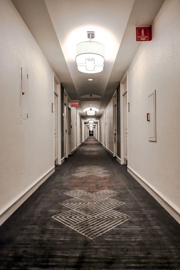 Abstrakt sikt av en tom hotelllobby och korridor som in visar effekten för tunnelvision till avståndet royaltyfri foto
