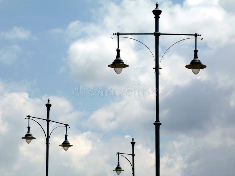 Abstrakt sikt av isolerade gataljus för tappning stil i Budapest under blå himmel arkivfoto