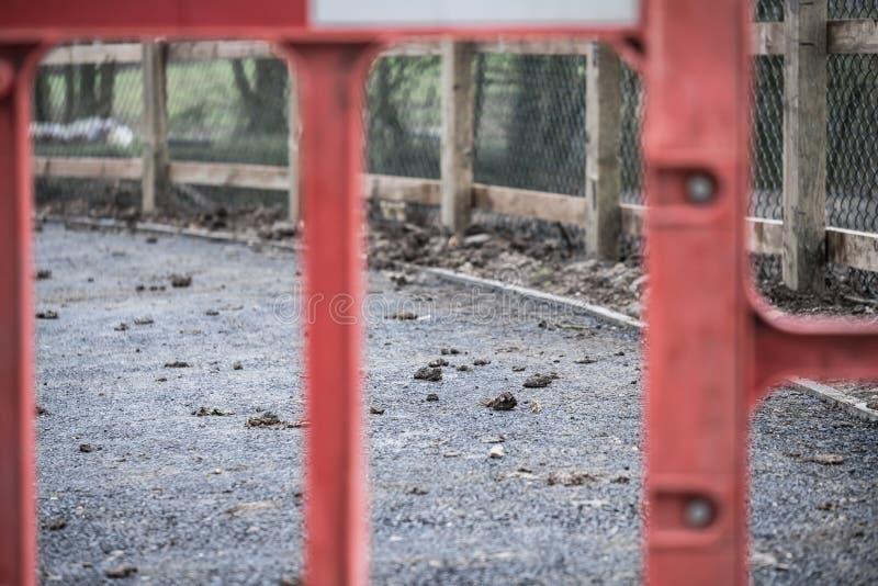 Abstrakt sikt av a snart att vara avslutad grov asfaltbeläggningcirkuleringsbana som ses i UK fotografering för bildbyråer