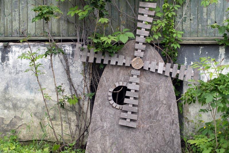 Abstrakt skulptur av väderkvarnen som göras av träflismaterial arkivbilder