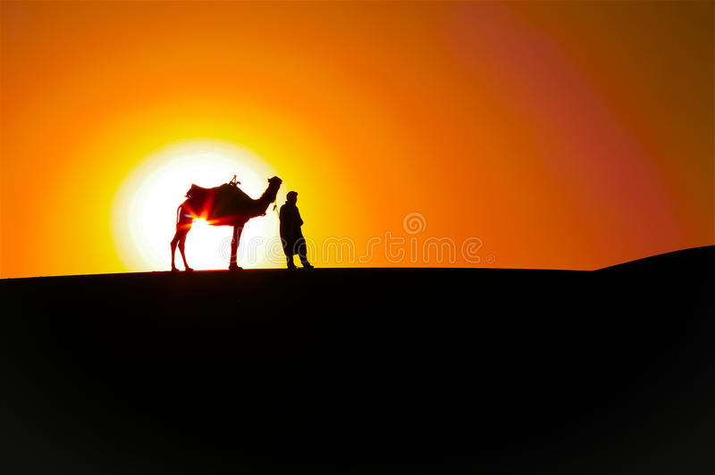 Abstrakt soluppgång: Man och kamel, ökenkonturer royaltyfri foto