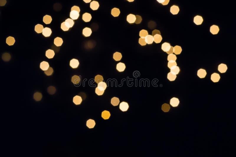 Abstrakt spridning av guld- ljus på svart bakgrund Den lyckliga mannen tycker om p? ferier p? havet arkivfoto