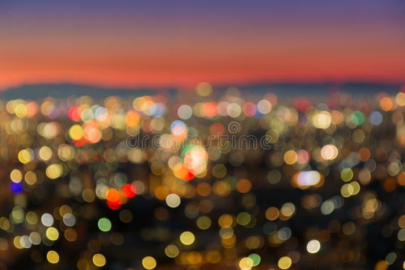 Abstrakt stad som är suddig i skymningtid för bakgrund fotografering för bildbyråer