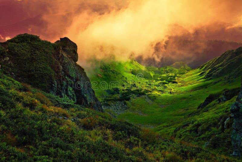 Abstrakt stenjätte och dimma över bergdalen royaltyfri foto