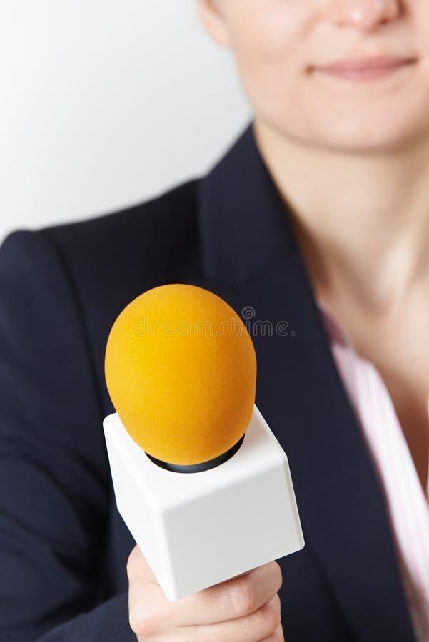 Abstrakt Strzelający Żeński dziennikarz Z mikrofonem zdjęcia stock