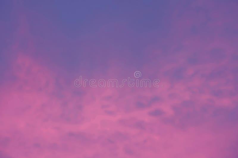 Abstrakt suddig bakgrund av härlig himmel med molnet arkivfoton