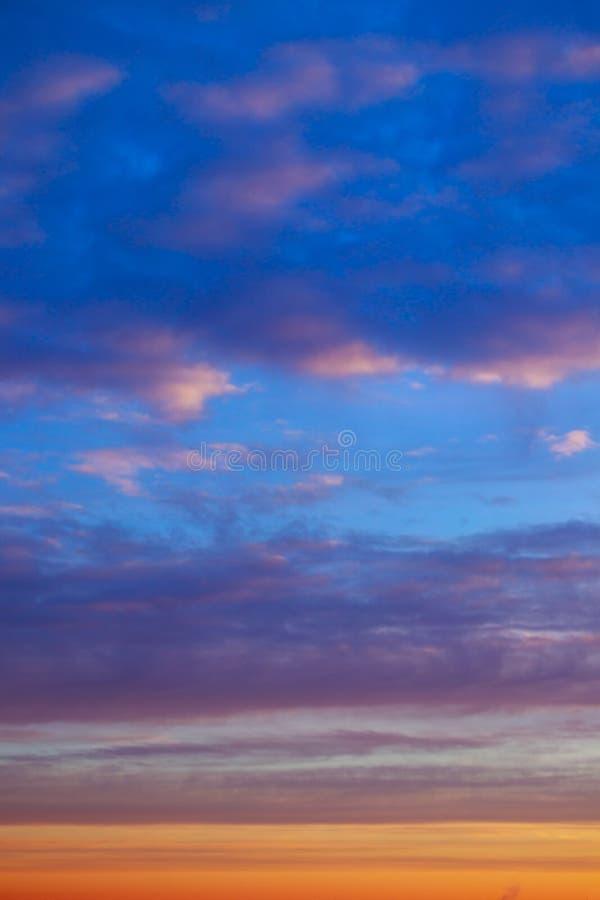 Abstrakt suddig bakgrund för blå himmel Fantasi- eller sciencebegrepp Galax- och utrymmedesign royaltyfri fotografi