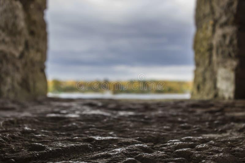 Abstrakt suddig bakgrund i bakgrunden Sikt från fönstret av en gammal stenslott royaltyfri bild