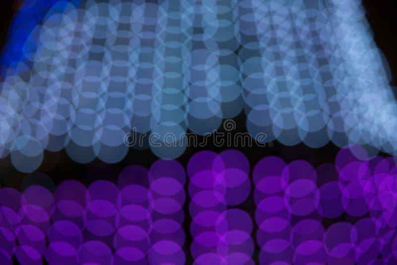 Abstrakt suddig bokehtextur från en variation av ljusa cirklar tänder - blått