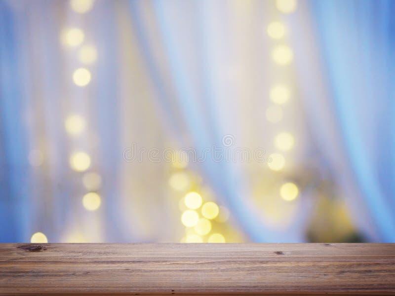 Abstrakt suddighetsbakgrund av den vita gardinen med bokeh för ljus kula arkivfoton