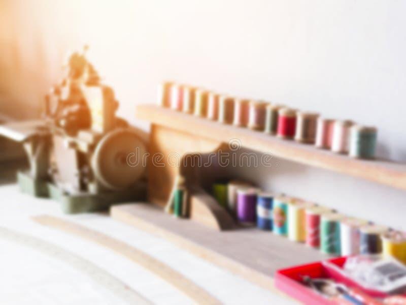 Abstrakt suddighetsbakgrund av skräddarearbetetabellen fotografering för bildbyråer