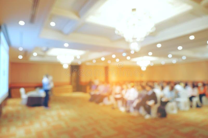 Abstrakt suddigt folk som gör seminariet i utbildningsrum, educati arkivfoton