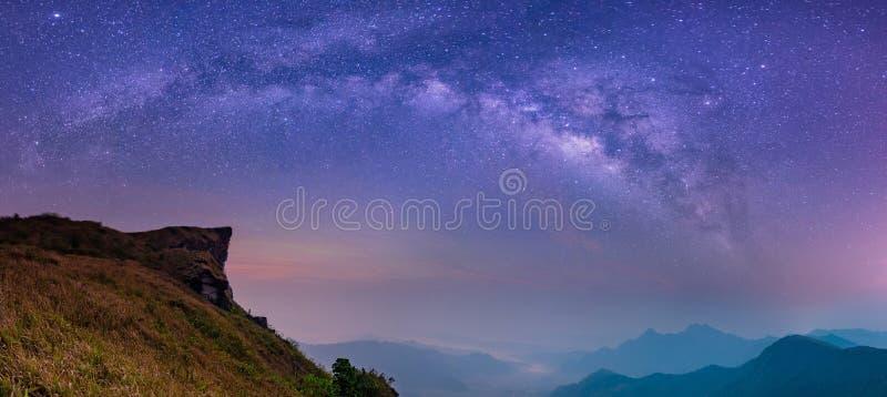 Abstrakt suddigt landskap med för galaxnatt för mjölkaktig väg himmel fotografering för bildbyråer