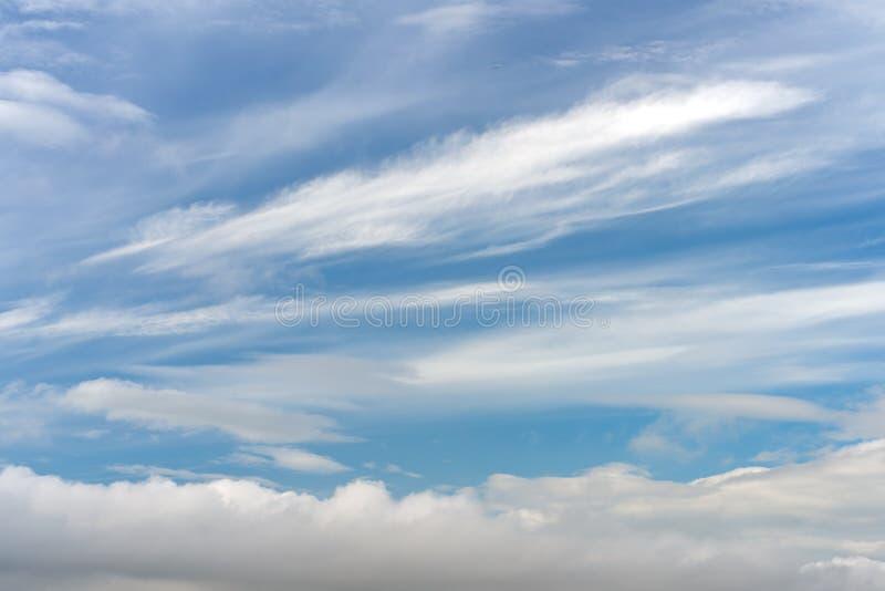 Abstrakt textur av blå himmel med fjädern och mjuka moln royaltyfri bild
