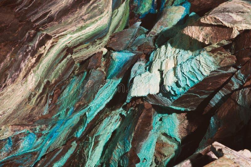 Abstrakt textur av den oxidated kopparen på väggarna av den underjordiska kopparminen i Roros, Norge royaltyfri bild