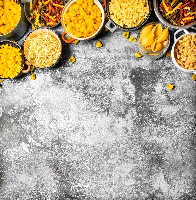 abstrakt textur för bakgrundsmatpasta Många olik pasta i bunkar royaltyfri bild