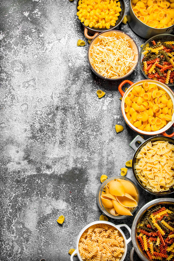 abstrakt textur för bakgrundsmatpasta Många olik pasta i bunkar arkivfoton