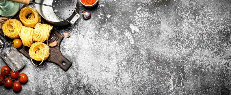 abstrakt textur för bakgrundsmatpasta Olik pasta med grönsaker och kryddor royaltyfri bild