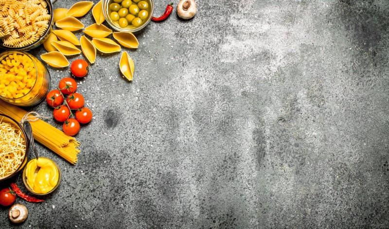 abstrakt textur för bakgrundsmatpasta Olik pasta med kryddor och grönsaker arkivbilder