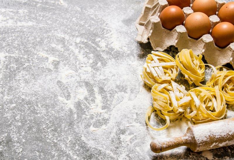 abstrakt textur för bakgrundsmatpasta Pasta med ägg och kavlen royaltyfri bild