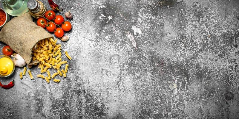 abstrakt textur för bakgrundsmatpasta Pasta med såser, grönsaker och olivolja royaltyfria bilder