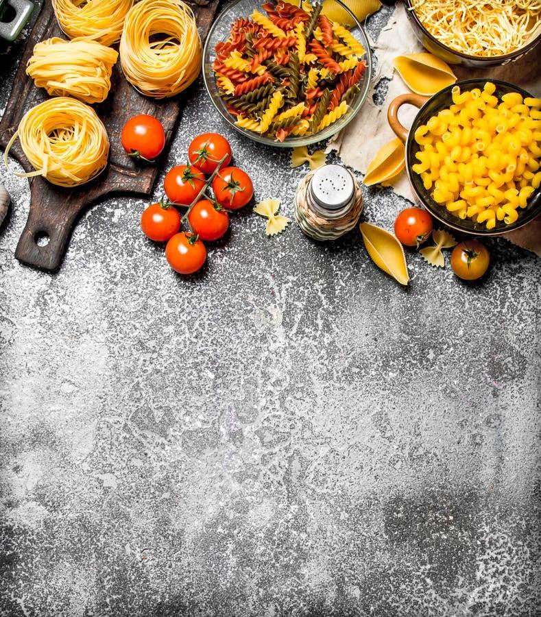 abstrakt textur för bakgrundsmatpasta Pasta med såser, grönsaker och olivolja arkivfoton