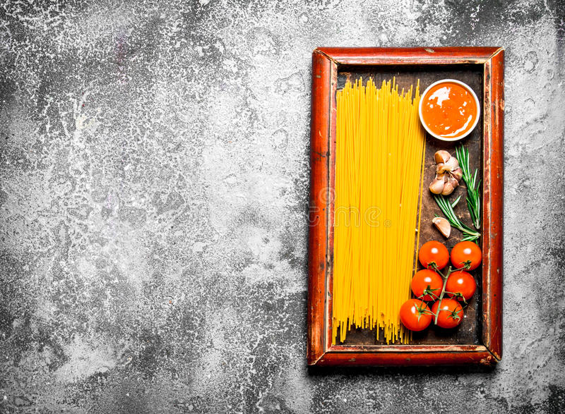 abstrakt textur för bakgrundsmatpasta Spagetti med sås och tomater i det gamla magasinet royaltyfria foton